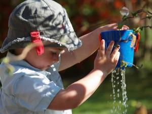 dziecko z wiadrem wody
